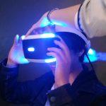 VRヘッドセットをつけている佐藤