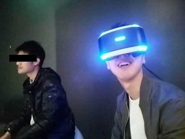 VRヘッドマウントを付けてもらってうれしそうなつよぽん